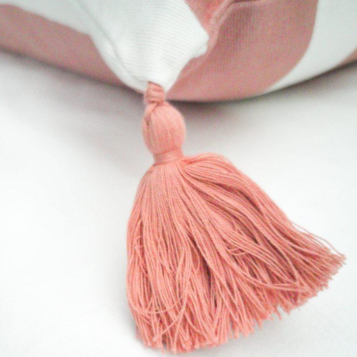Moko mas tyynynpäällinen tupsuilla pinkki 50x70 lähi